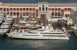 Vogelperspektive auf großer Superluxusyacht im Barcelona-Stadthafen stockfotos