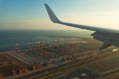 Vogelperspektive auf Hafen vom airplaine Lizenzfreies Stockfoto