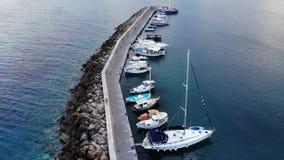 Vogelperspektive auf Jachthafen und Yacht von der Spitze stock video