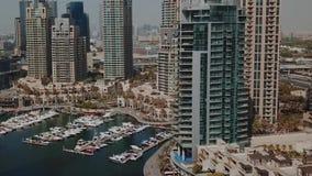 Vogelperspektive auf Küste mit Wolkenkratzerstadtbild ablage Gold- Coaststadtgebäudeskyline Moderne Wohnung und Büro stock video footage