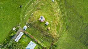Vogelperspektive auf Kap Egmont-Leuchtturm mit Ackerland auf dem Hintergrund Taranaki-Region, Neuseeland Stockfoto