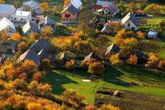 Vogelperspektive auf Kleinstadt - bunte Felder und Bäume im Herbst, Lizenzfreie Stockfotos