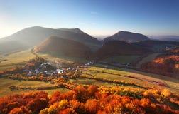 Vogelperspektive auf Kleinstadt - bunte Felder und Bäume im Herbst, Lizenzfreie Stockbilder