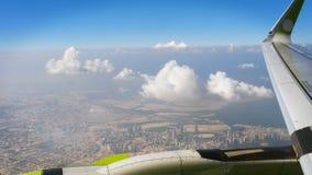 Vogelperspektive auf megapolis in der Wüste durch Fenster von Flugzeugen stockfoto