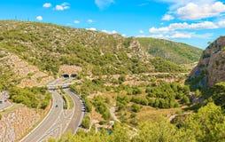 Vogelperspektive auf Mittelmeerlandstraße nahe Barcelona, Spanien Lizenzfreies Stockfoto