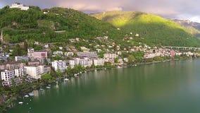 Vogelperspektive auf Montreux-Stadt über Genf-See stock video footage