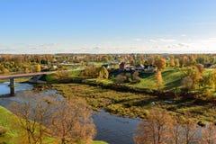 Vogelperspektive auf Panorama des Herbsttales mit Fluss und der Brücke nahe Bauska-Stadt, Lettland Lizenzfreie Stockbilder