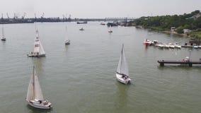 Vogelperspektive auf Segelnregatta nahe Insel Segelschiffyacht mit den weißen Segeln mit einbezogen in Wassersport marine stock footage