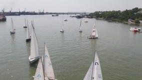 Vogelperspektive auf Segelnregatta nahe Insel Segelschiffyacht mit den weißen Segeln mit einbezogen in Wassersport marine stock video footage