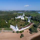 Vogelperspektive auf St. George Yuriev Orthodox Male Monastery in Veliky Novgorod lizenzfreie stockfotografie