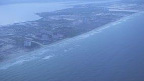 Vogelperspektive auf Stadt auf Seeufer Ansicht vom Fensterfliegenflugzeug über moderner Stadt auf Seeküste Landschaft von oben stock video