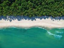 Vogelperspektive auf Türkisozeanwasser mit sauberem leerem Sandstrand und -wald stockbilder
