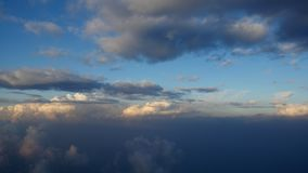 Vogelperspektive auf weißen flaumigen Wolken Fliegen über die Wolken bei Sonnenuntergang Ansicht vom Fenster eines Flugzeuges, Cl stock video