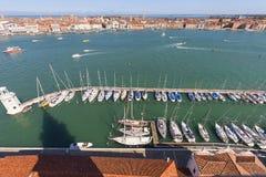 Vogelperspektive auf Yachthafen auf Insel Sans Giorgio Maggiore, Venedig, Italien Stockfotos
