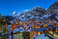 Vogelperspektive auf Zermatt-Tal und Matterhorn-Spitze an der Dämmerung Stockbilder
