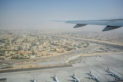 Vogelperspektive aus dem flachen Fliegen über Dubai heraus stockfotografie