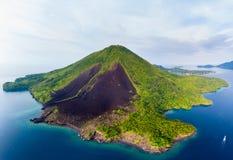 Vogelperspektive-Banda Islands Moluccas-Archipel Indonesien, Pulau Gunung API, Lavaflüsse, Korallenriff Touristischer Bestimmungs lizenzfreies stockbild