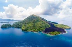 Vogelperspektive-Banda Islands Moluccas-Archipel Indonesien, Pulau Gunung API, Lavaflüsse, Korallenriff Touristischer Bestimmungs stockbild
