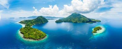 Vogelperspektive-Banda Islands Moluccas-Archipel Indonesien, Pulau Gunung API, Lavaflüsse, weißer Sandstrand des Korallenriffs Sp lizenzfreies stockfoto