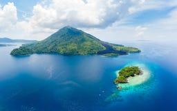 Vogelperspektive-Banda Islands Moluccas-Archipel Indonesien, Pulau Gunung API, Lavaflüsse, weißer Sandstrand des Korallenriffs Sp stockbild