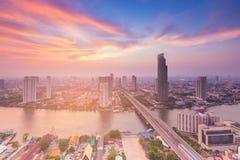 Vogelperspektive-Bangkok-Stadt mit Fluss und Schönheitssonnenunterganghimmelhintergrund Lizenzfreie Stockfotografie