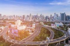 Vogelperspektive, Bangkok-Stadtvogelperspektive über im Stadtzentrum gelegenen Skylinen des Landstraßenschnitts stockbild