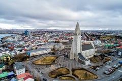 Vogelperspektive berühmter Hallgrimskirkja-Kathedrale und der Stadt von Lizenzfreies Stockbild