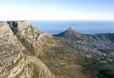 Vogelperspektive ?ber Tafelberg und Cape Town, S?dafrika lizenzfreies stockfoto