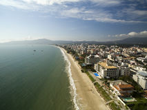 Vogelperspektive Canavieiras-Strand in Florianopolis, Brasilien Juli 2017 stockfotografie