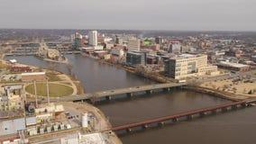 Vogelperspektive-Cedar Rapids Iowa Riverfront Downtown-Stadt-Skyline stock video