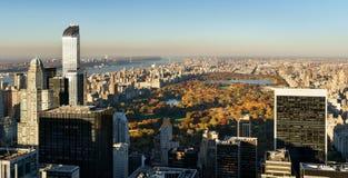 Vogelperspektive, Central Park im Fall mit Stadtmittewolkenkratzern, NYC Stockfoto