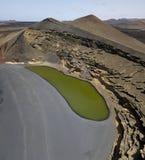Vogelperspektive Charco de Los Clicos, ein kleiner Salzwassersee mit einer grünen Smaragdfarbe Lanzarote, Kanarische Inseln, Span lizenzfreie stockfotos
