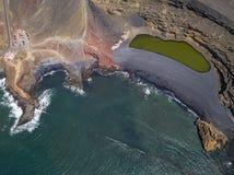 Vogelperspektive Charco de Los Clicos, ein kleiner Salzwassersee mit einer grünen Smaragdfarbe Lanzarote, Kanarische Inseln, Span lizenzfreie stockbilder