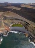 Vogelperspektive Charco de Los Clicos, ein kleiner Salzwassersee mit einer grünen Smaragdfarbe Lanzarote, Kanarische Inseln, Span stockfotografie