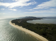 Vogelperspektive Daniela Beach in Florianopolis, Brasilien Juli 2017 stockbilder