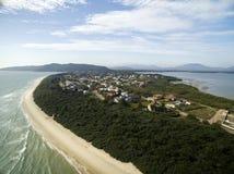 Vogelperspektive Daniela Beach in Florianopolis, Brasilien Juli 2017 stockbild