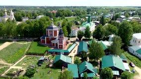 Vogelperspektive der alten russischen Architektur mit Kathedrale der Geburt Christi stock video footage