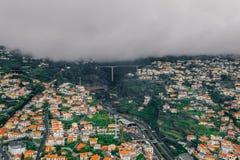 Vogelperspektive der alten Stadt Funchals - die Hauptstadt von Madeira-Insel bei wolkigem Wetter stockfoto