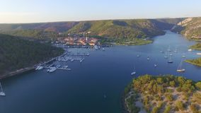 Vogelperspektive der alten Stadt von Skradin in Mündung des Krka-Flusses stock video footage