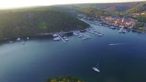 Vogelperspektive der alten Stadt von Skradin in Mündung des Krka-Flusses stock video