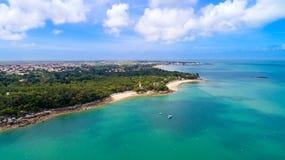 Vogelperspektive der Anse-Rougebucht in Noirmoutier-Insel lizenzfreies stockfoto