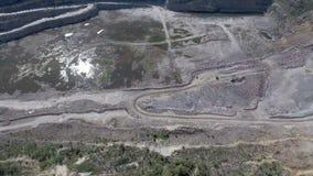 Vogelperspektive der Arbeit in einer Bergbaukarriere stock video footage