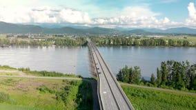 Vogelperspektive der Auftrag-Flussbrücke mit den Autos, die über sie an einem sonnigen Tag reisen stock video footage