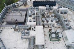 Vogelperspektive der Ausrüstung auf dem Dach ein modernes Gebäude Lizenzfreies Stockbild