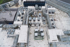 Vogelperspektive der Ausrüstung auf dem Dach ein modernes Gebäude Stockfotografie