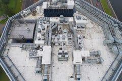Vogelperspektive der Ausrüstung auf dem Dach ein modernes Gebäude Stockfoto