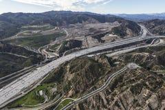 Vogelperspektive der Autobahn des Goldstaat-5 im Newhall-Durchlauf in Los Lizenzfreie Stockfotos