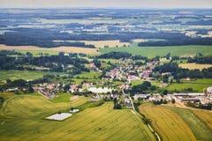 Vogelperspektive der böhmischen Südlandschaft mit Feldern, Wäldern und Dörfern in der Tschechischen Republik Stockbilder