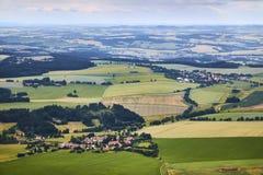 Vogelperspektive der böhmischen Südlandschaft mit Feldern, Wäldern und Dörfern in der Tschechischen Republik Stockfotografie