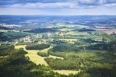 Vogelperspektive der böhmischen Südlandschaft mit Feldern, Wäldern und drastischem Himmel in der Tschechischen Republik Stockfotos